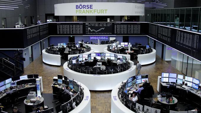 Slovenski vzajemni skladi, ki vlagajo v delnice, v letošnjem letu dosegajo visoke donose. Na fotografiji borza v Frankfurtu. Foto: Reuters
